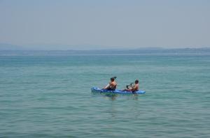 Far og sønn på padletur på Gardasjøen